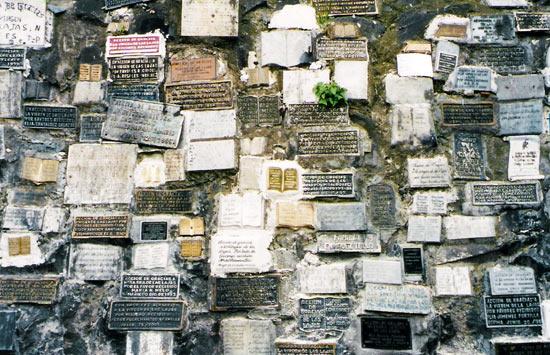 Plaques outside El Santuario de Las Lajas